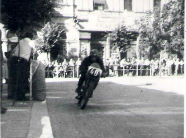 Karol Rozbroj uháňa po starej Barossovej ulici