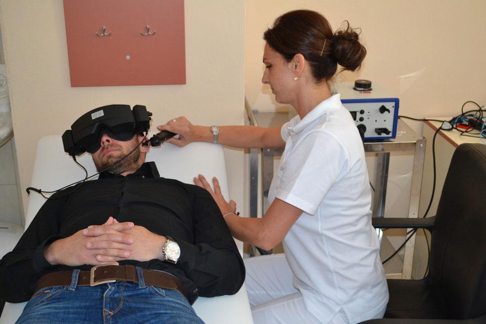 Foto-2---Pacient-počas-prebiehajúceho-vyšetrenia-rovnovážneho-aparátu