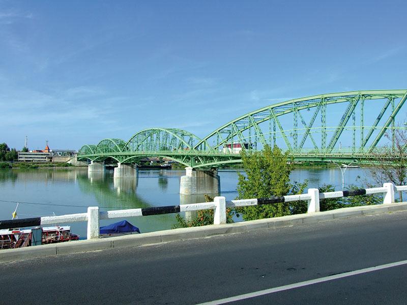 Komárom,_pohled_na_most_přes_Dunaj